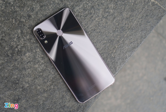 Anh thuc te 'iPhone X chay Android' cua Asus tai Viet Nam hinh anh 3