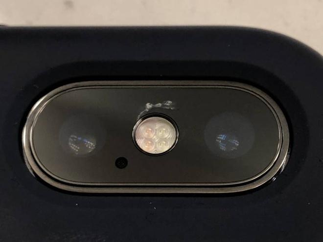 Vo kinh camera iPhone X, phi sua bang tien mua iPhone 7 hinh anh 1