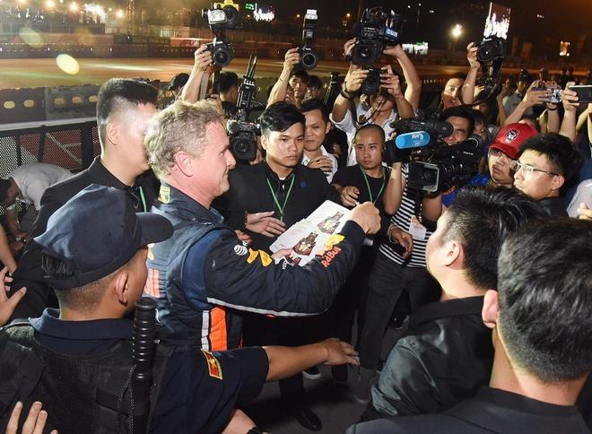 Son Tung mang hit 'Chay ngay di' den su kien khoi dong giai dua F1 VN hinh anh 21
