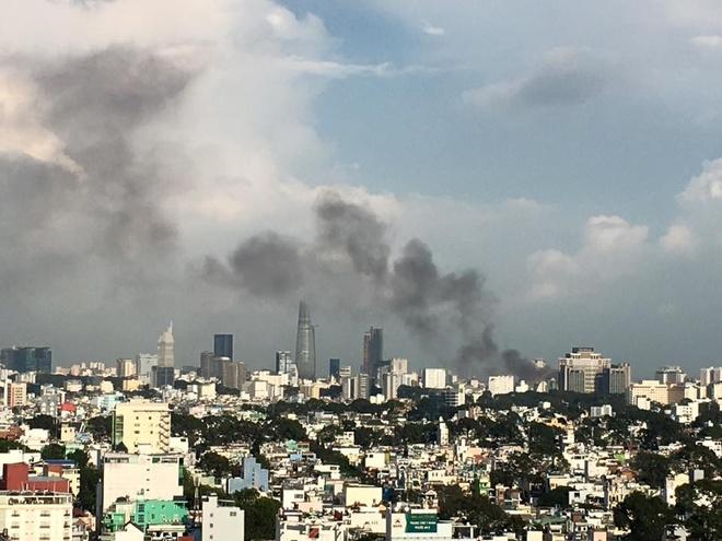 Hình ảnh đám cháy nhìn từ phía quận 11