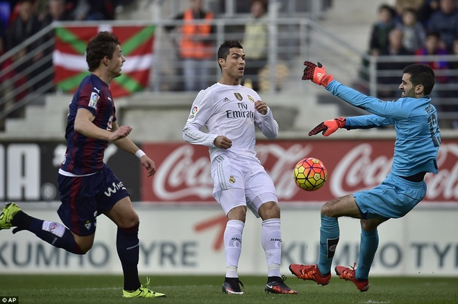 Ronaldo se bi loai bo neu khong thay doi hinh anh 3 Ronaldo cần phải thay đổi bởi thời gian không ủng hộ anh khi đá cánh. Ảnh: Getty Images.