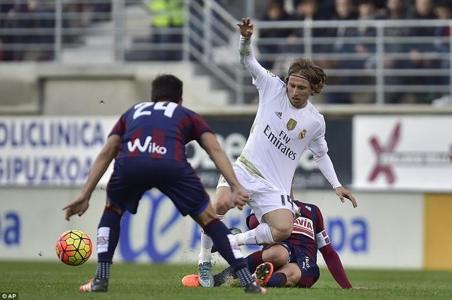Ronaldo se bi loai bo neu khong thay doi hinh anh 1 Luka Modric trở thành quân bài chơi khởi sắc nhất trong chiến thuật do Benitez xây dựng. Ảnh: Getty Images.