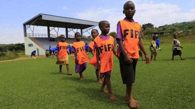 Giac mo thanh sao lam gap ghenh cua cau thu chau Phi hinh anh 1 Cầu thủ nhí châu Phi tập luyện trên sân với ước mơ đổi đời.