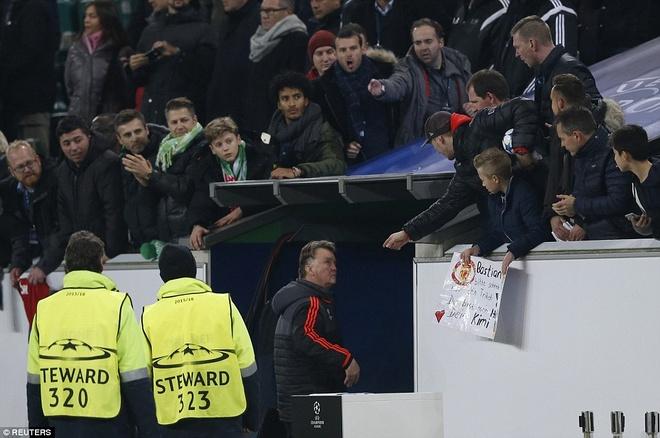 'Con dien' cua Van Gaal hai MU hinh anh 2 Triết lý của HLV Van Gaal không phù hợp với khán giả MU. Ảnh: Getty Images.
