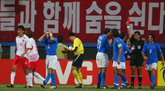 Han Quoc dau dau voi te nan hoanh hanh lang the thao hinh anh 4 FIFA bị cáo buộc giúp Hàn Quốc vào BK World Cup 2002. Ảnh: Getty Images.