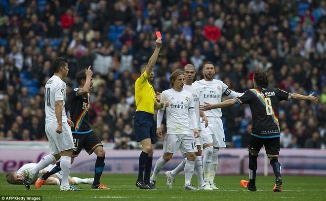 Khi Benitez chi la con roi trong tay Perez hinh anh 3