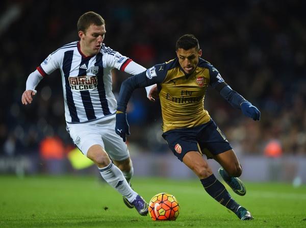 Arsenal thu hung Man City: Cuoc choi cua cac 'dai phao' hinh anh 1 Alexis Sanchez ra sân, hàng thủ Man City có quyền lo lắng.