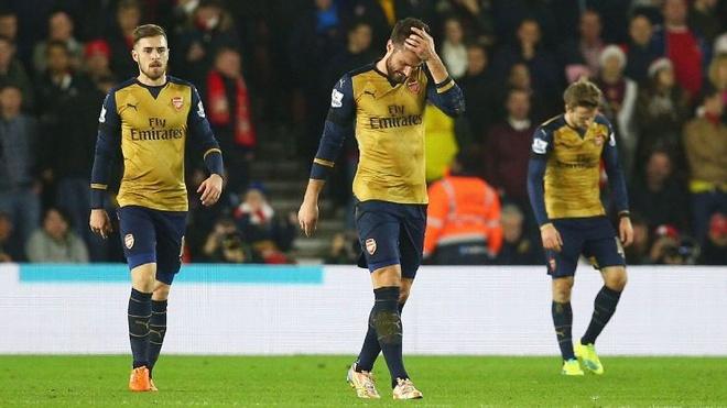 Arsenal thua tham: Sup do day chuyen? hinh anh