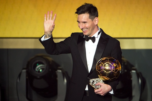 Dang sau bo vest gian di cua Messi o le trao Qua bong vang hinh anh