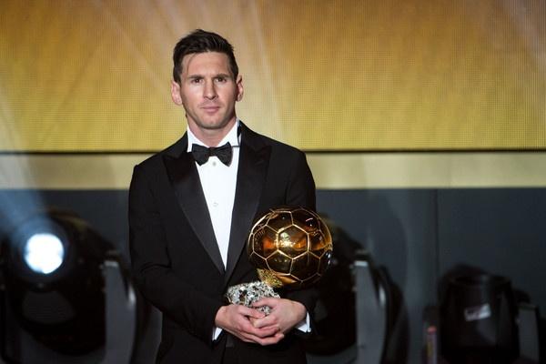 Dang sau bo vest gian di cua Messi o le trao Qua bong vang hinh anh 3