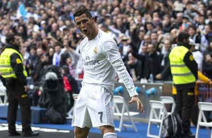 Cang chi trich, Ronaldo cang tan bao hon hinh anh