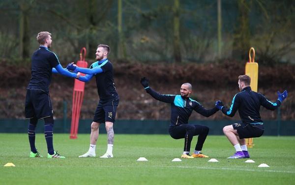 Matt Law: 'Arsenal can cau nguyen truoc Barca' hinh anh 3