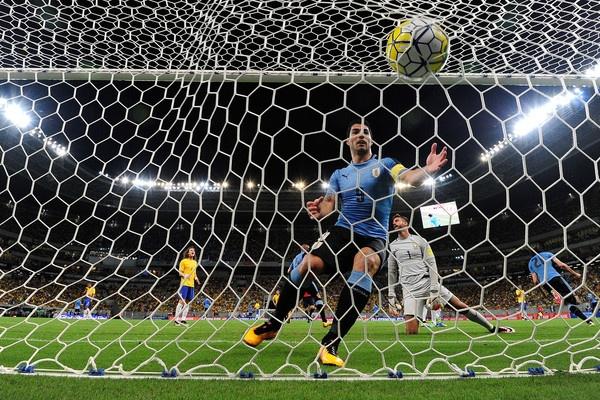 Luis Suarez va cau chuyen dang sau lop vo boc hinh anh 2
