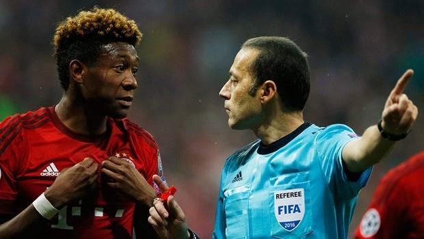 Giam doc Bayern tuc gian voi trong tai vi uu ai Atletico hinh anh