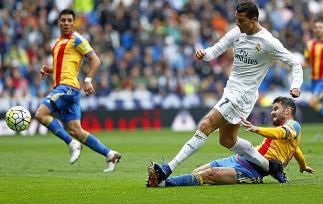 Ronaldo cuu Zidane trong ngay tham hoa cua tuyen giua hinh anh 3
