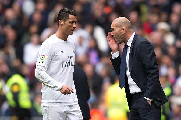 Ronaldo cuu Zidane trong ngay tham hoa cua tuyen giua hinh anh