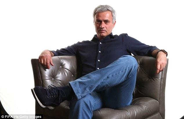 Chan MU, Jose Mourinho bat tay voi PSG hinh anh 1
