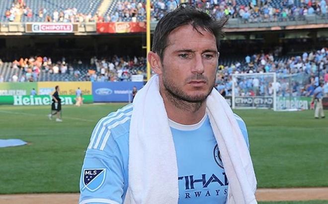 Doi bong cua Lampard, Villa, Pirlo thua 0-7, bi fan la o hinh anh