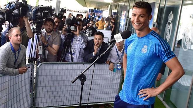 Dong doi hot hoang nhin Ronaldo dinh chan thuong tren san hinh anh 9