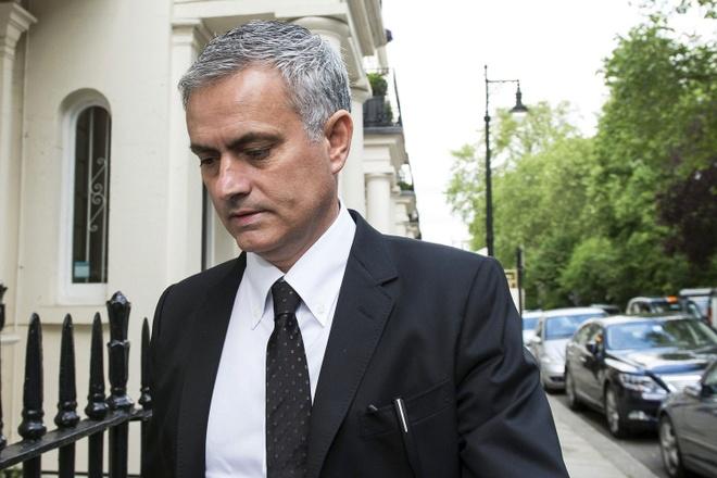 Suy doan Van Gaal bi Mourinho dam sau lung hinh anh