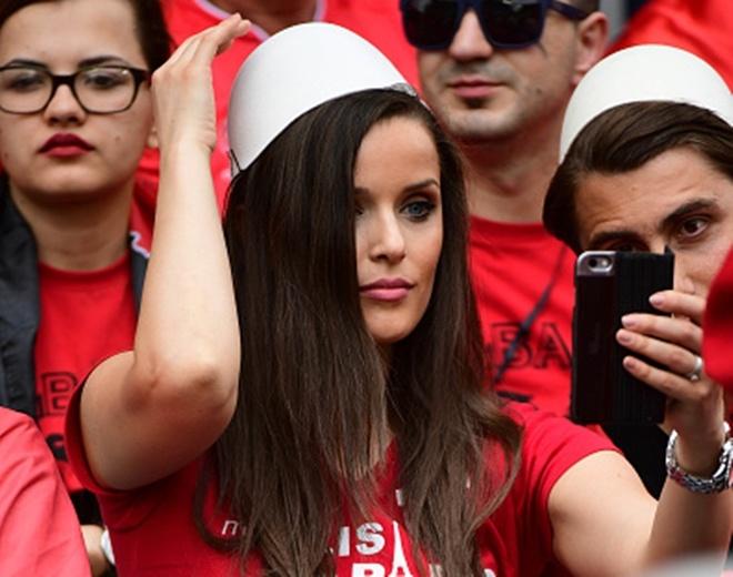 Nhan sac fan nu Albania dot chay khan dai hinh anh
