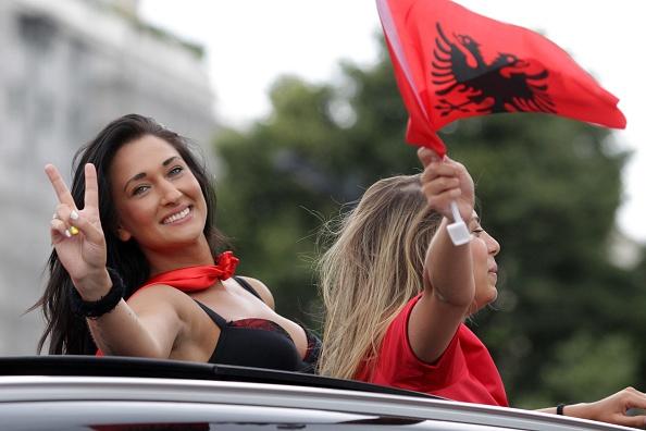 Fan Albania khoe vong 1 nong bong tren khan dai hinh anh 8