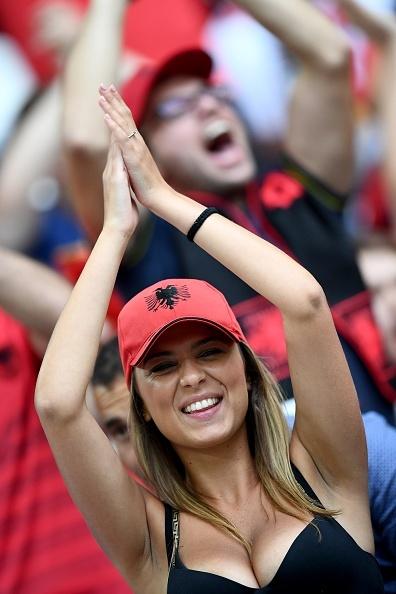 Fan Albania khoe vong 1 nong bong tren khan dai hinh anh 6