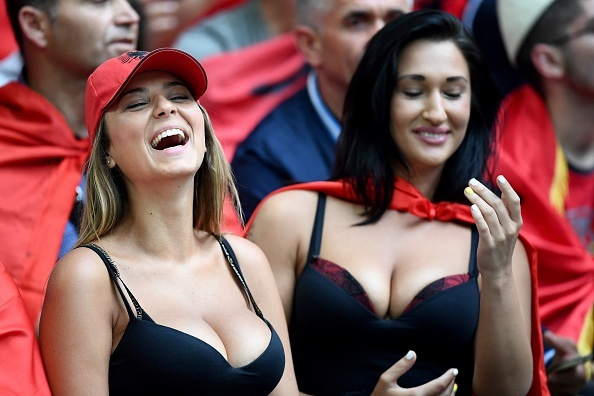 Fan Albania khoe vong 1 nong bong tren khan dai hinh anh 5