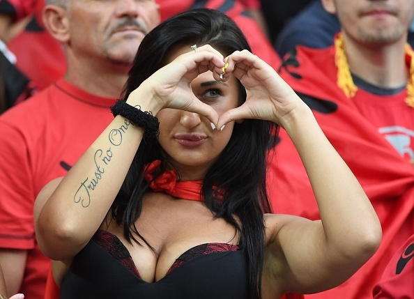 Fan Albania khoe vong 1 nong bong tren khan dai hinh anh 4