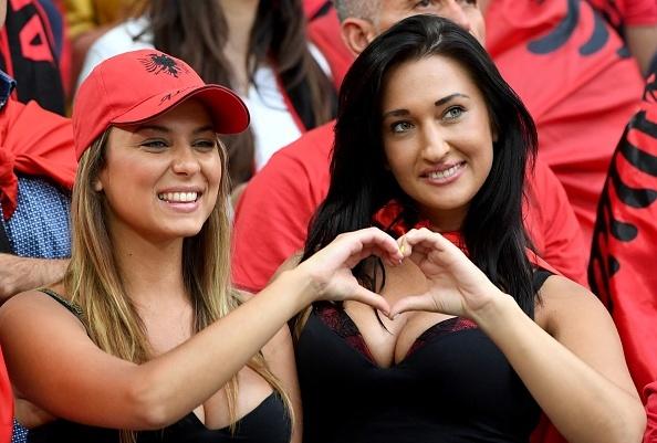 Fan Albania khoe vong 1 nong bong tren khan dai hinh anh 3