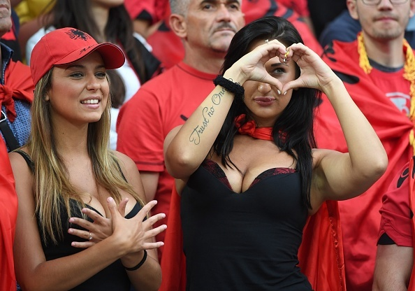 Fan Albania khoe vong 1 nong bong tren khan dai hinh anh 2