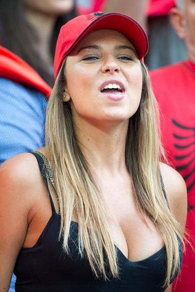 Fan Albania khoe vong 1 nong bong tren khan dai hinh anh 1