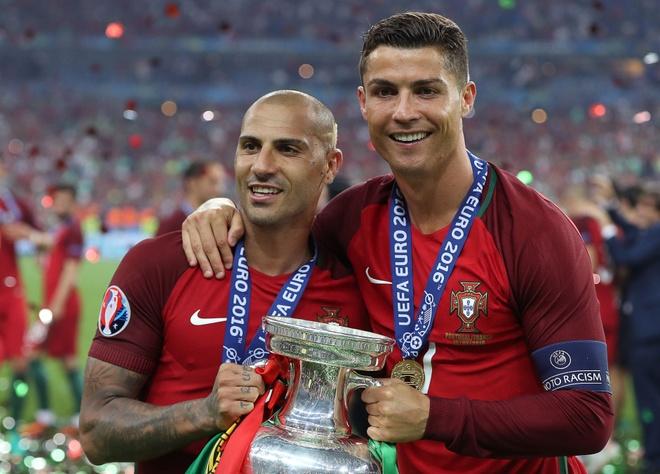 Quaresma ninh Ronaldo ra mat hinh anh