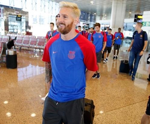 Messi toc bach kim dan dau luc luong Barca toi Anh anh 3