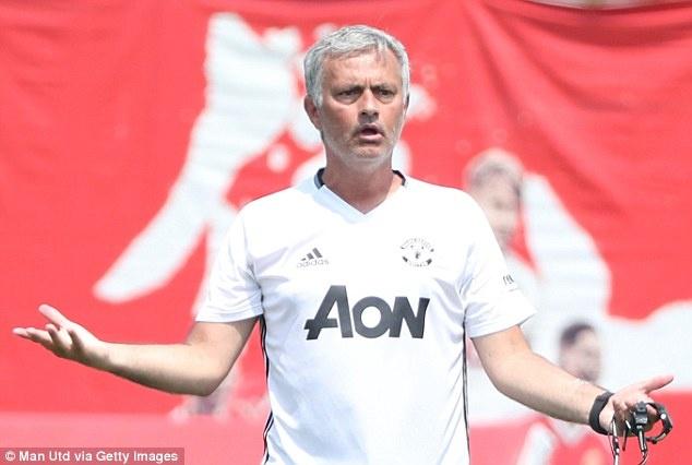 Mourinho 'tram' gan ca doi hinh MU anh 1