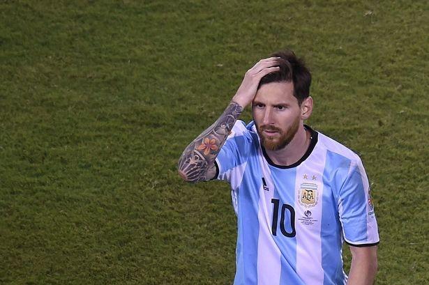 Messi bi loai khoi giai thuong Cau thu hay nhat chau Au hinh anh