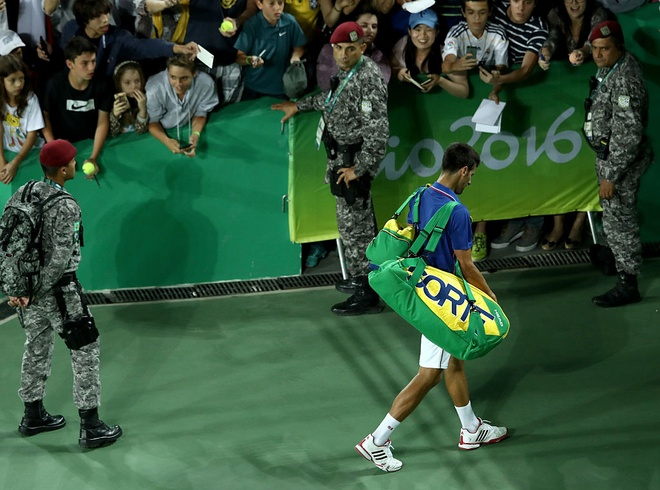 Djokovic khoc nuc no khi vo mong lay vang Olympic hinh anh 7