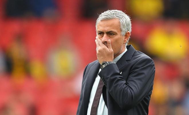 Cau thu MU soc vi cach Mourinho doi xu voi Luke Shaw hinh anh