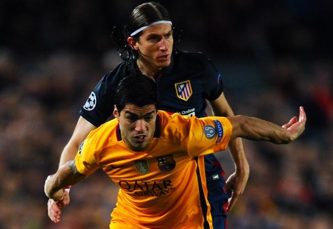 Luis Suarez khau chien Filipe Luis hinh anh