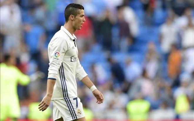 Nghi van Ronaldo noi doa, chui co dong vien hinh anh