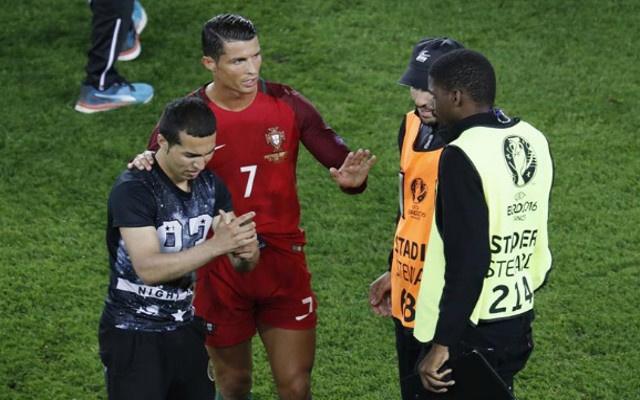 Ronaldo thoai mai chup tu suong cung fan cuong hinh anh
