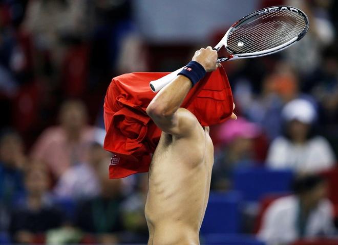 Mat kiem soat,  Djokovic dap vot trong ngay thanh cuu vuong Thuong Hai Masters anh 5