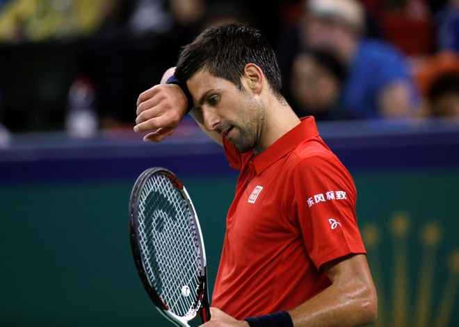Mat kiem soat,  Djokovic dap vot trong ngay thanh cuu vuong Thuong Hai Masters anh 1