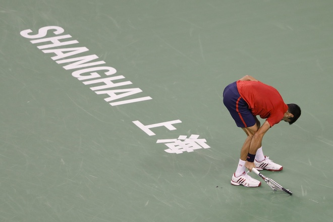 Mat kiem soat,  Djokovic dap vot trong ngay thanh cuu vuong Thuong Hai Masters anh 4