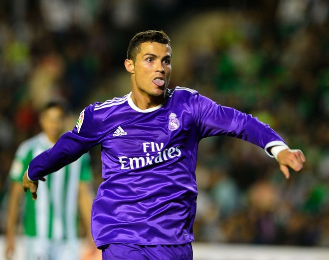 Ronaldo giai han, Real Madrid trut mua ban thang len Betis hinh anh