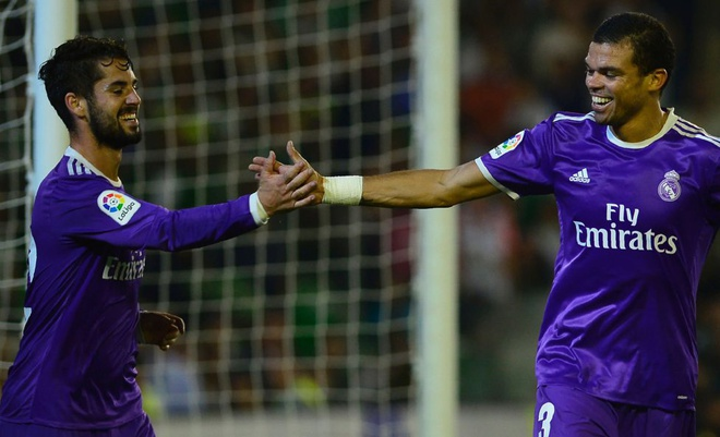 Ronaldo giai han, Real Madrid trut mua ban thang len Betis hinh anh 8