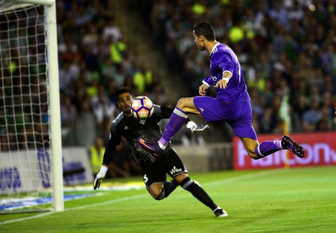 Ronaldo giai han, Real Madrid trut mua ban thang len Betis hinh anh 1