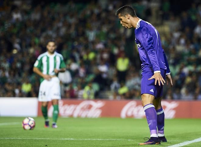 Ronaldo giai han, Real Madrid trut mua ban thang len Betis hinh anh 10
