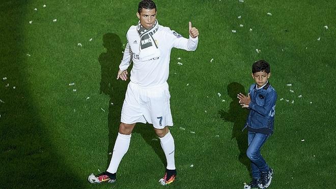 Con trai Ronaldo ghi ban trong ngay ra mat hinh anh 1