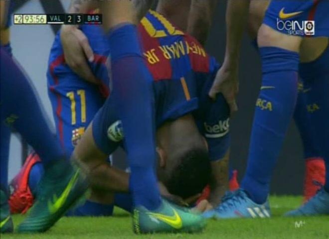 Neymar trung di vat, Messi hung ho thach thuc fan hinh anh 6